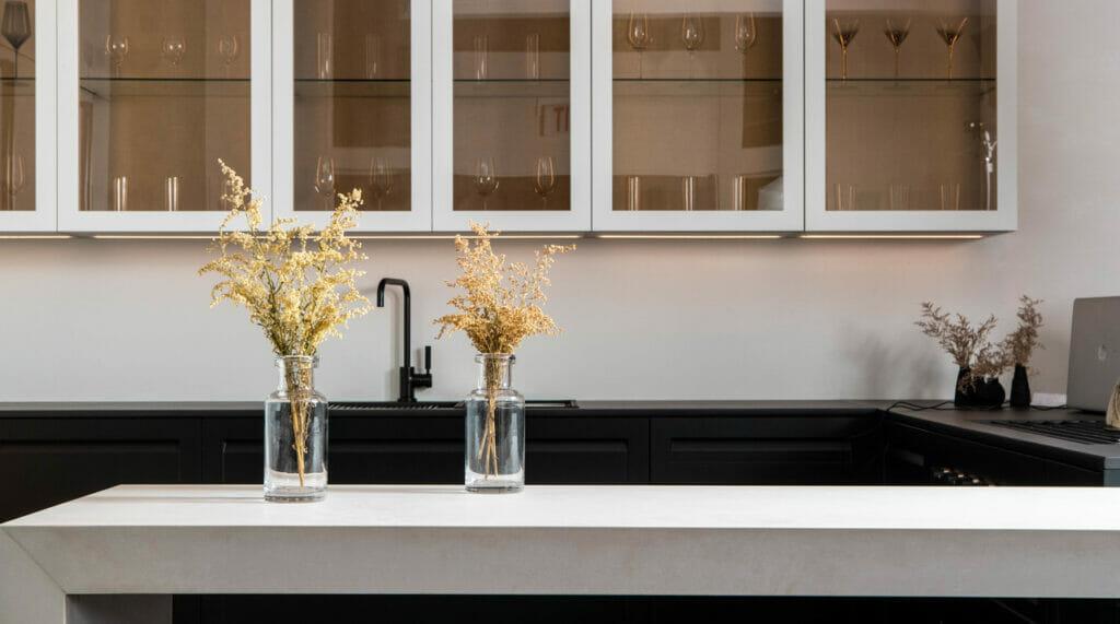 Modern U-Shape Kitchen in Caesarstone 4011 Cloudburst Concrete | 2097